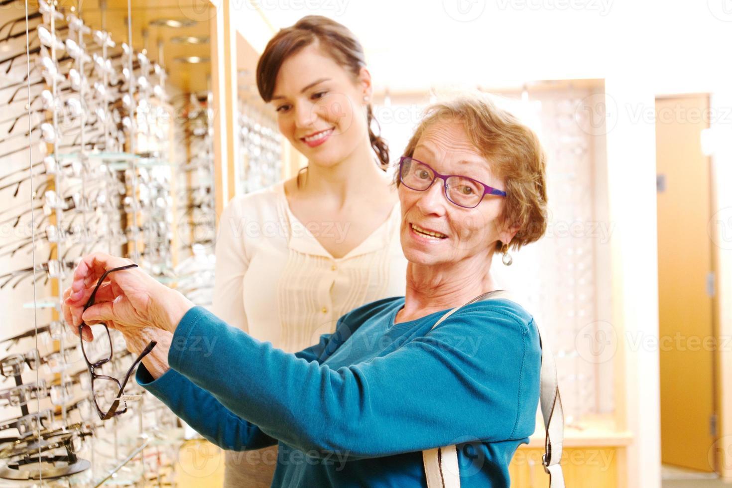 Senior wählt neue Brillenfassungen foto