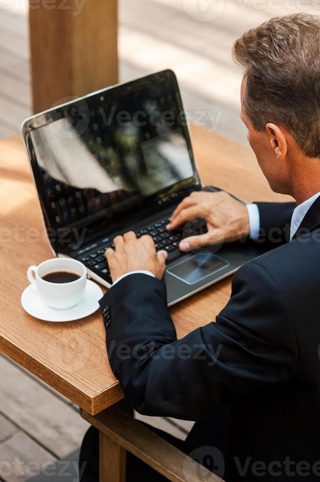 Geschäftsmann arbeitet im Freien. foto