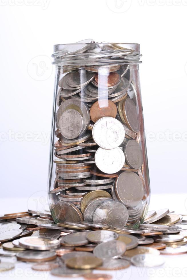 Münzen für Investitionen in Glas füllen foto