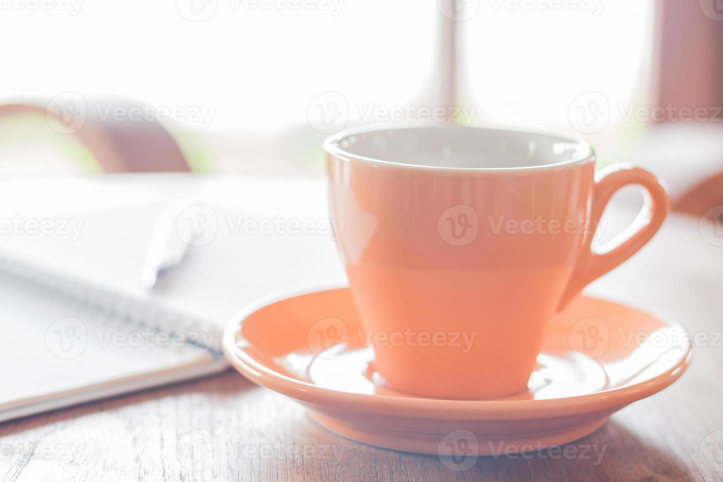 Nahaufnahme orange Kaffeetasse im Café foto
