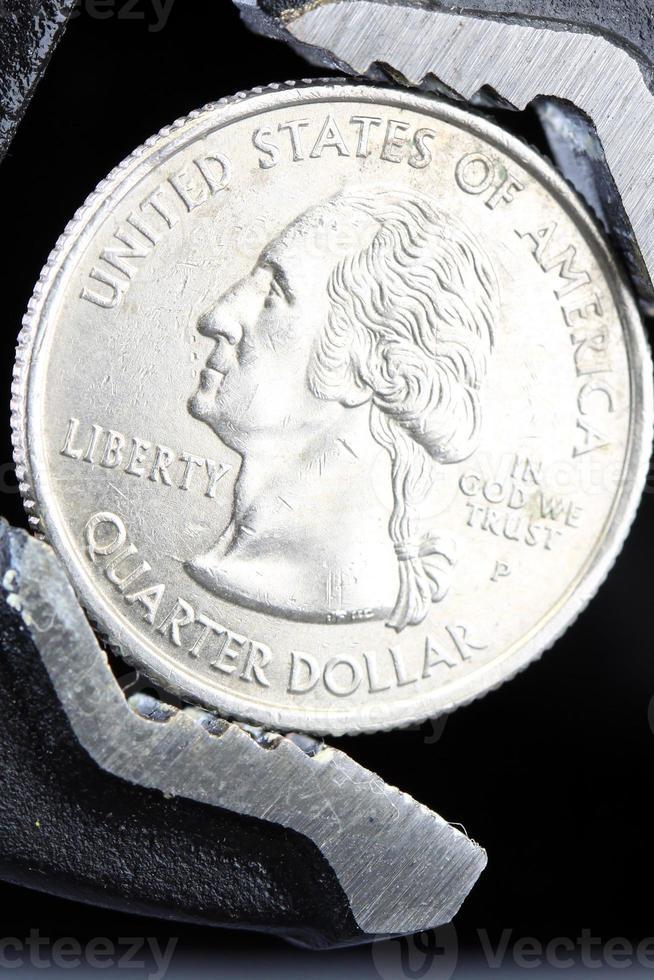 finanzielle quetschen uns Münzen mit Schraubenschlüssel gehalten foto