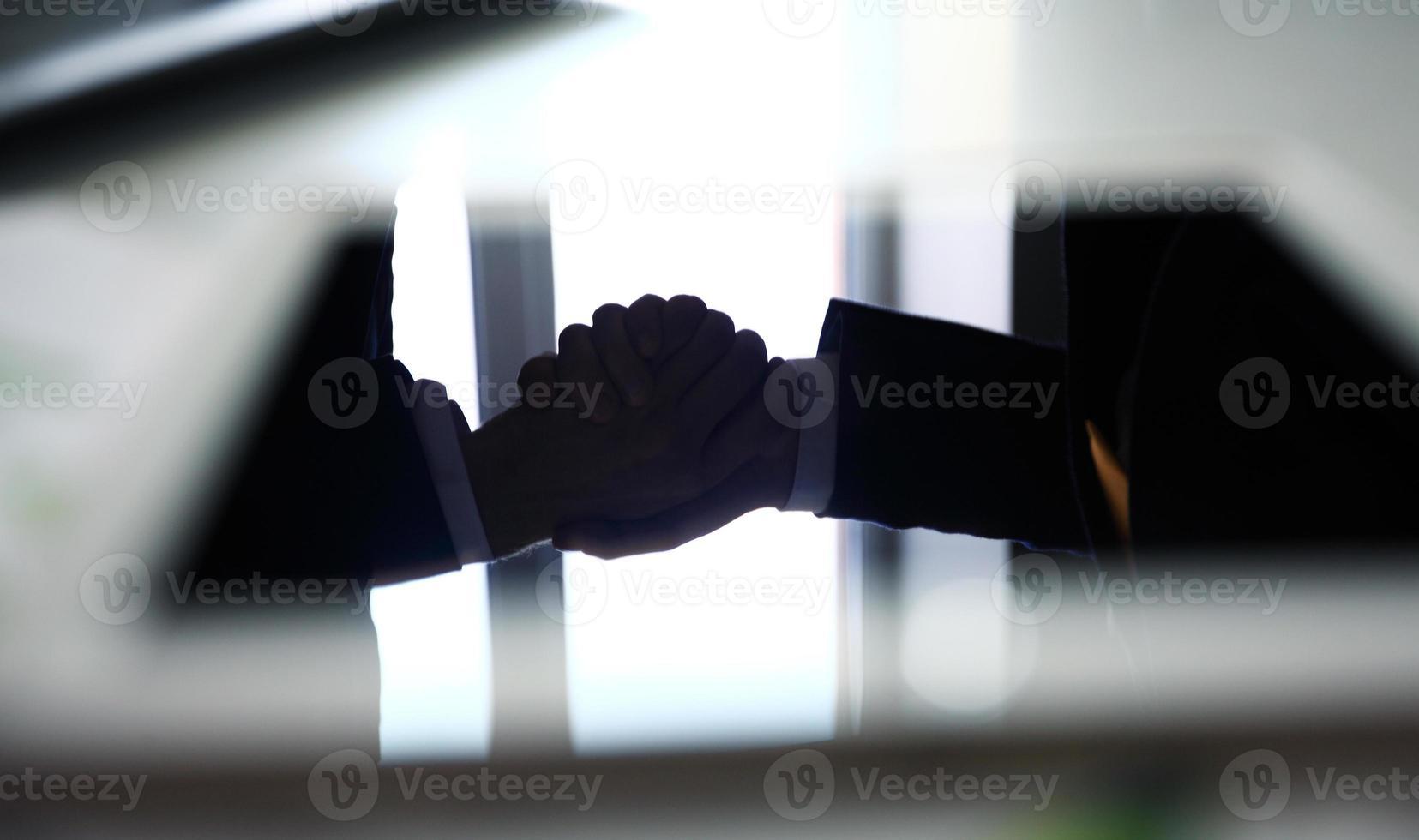 Handschlag im Büro foto