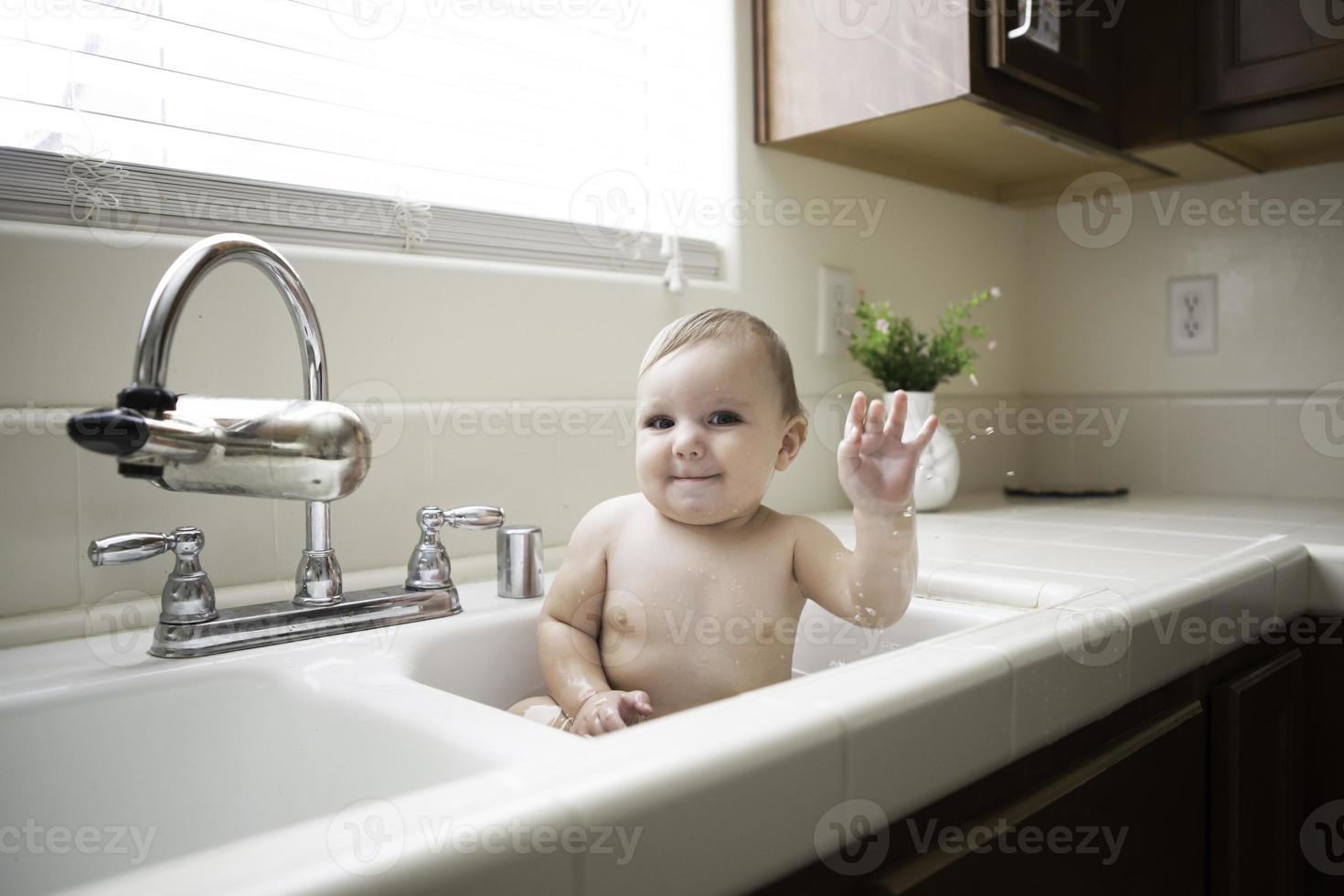Baby im Waschbecken foto