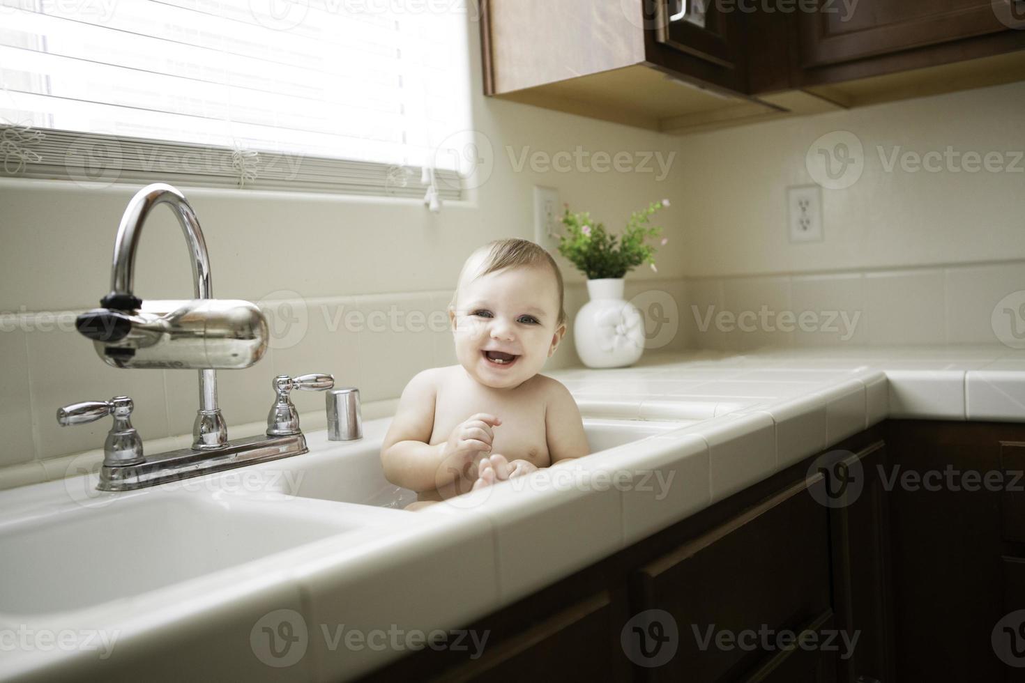 Baby im Spülbecken foto