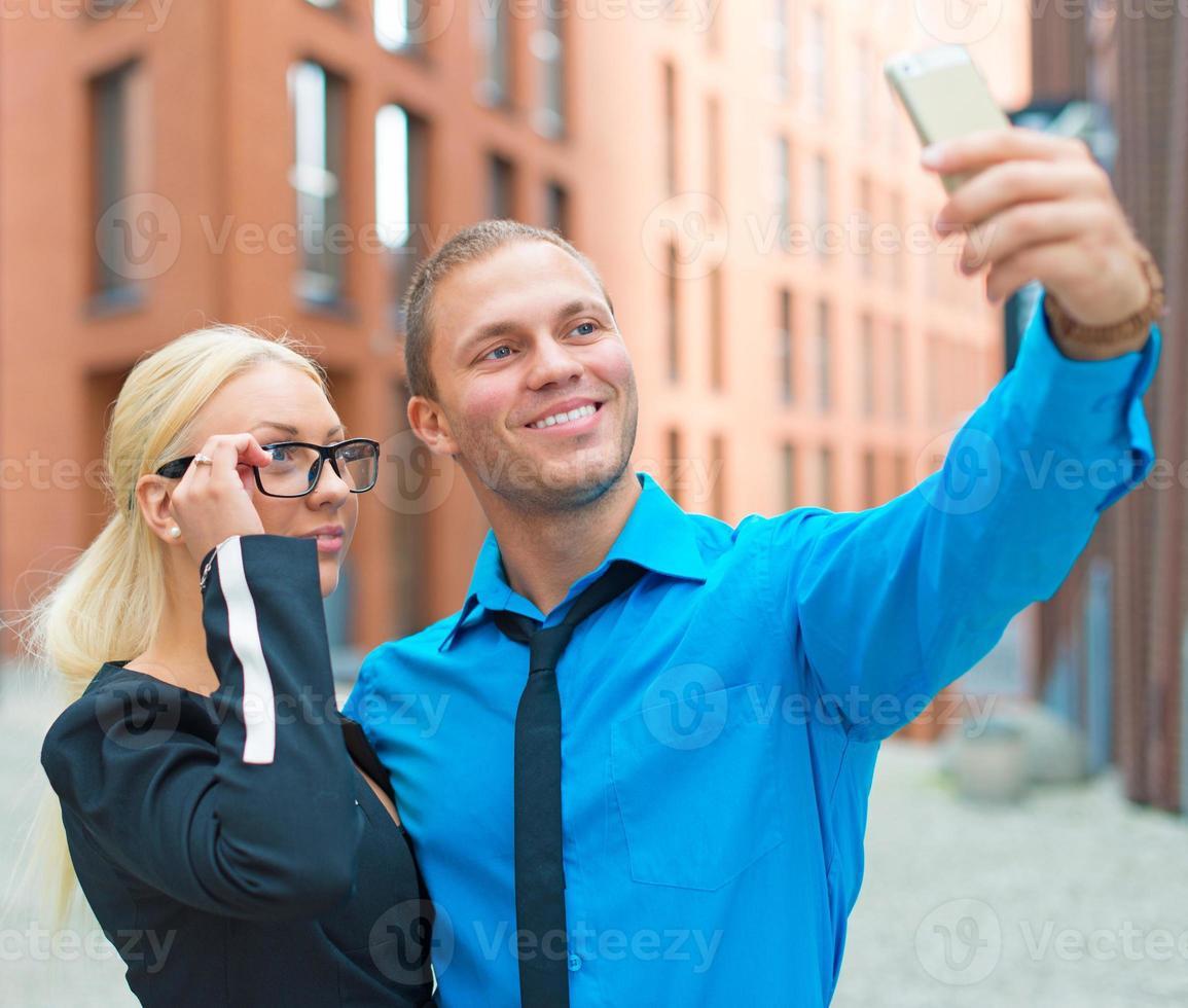Büroangestellte, die Selfie mit Handy nehmen. foto