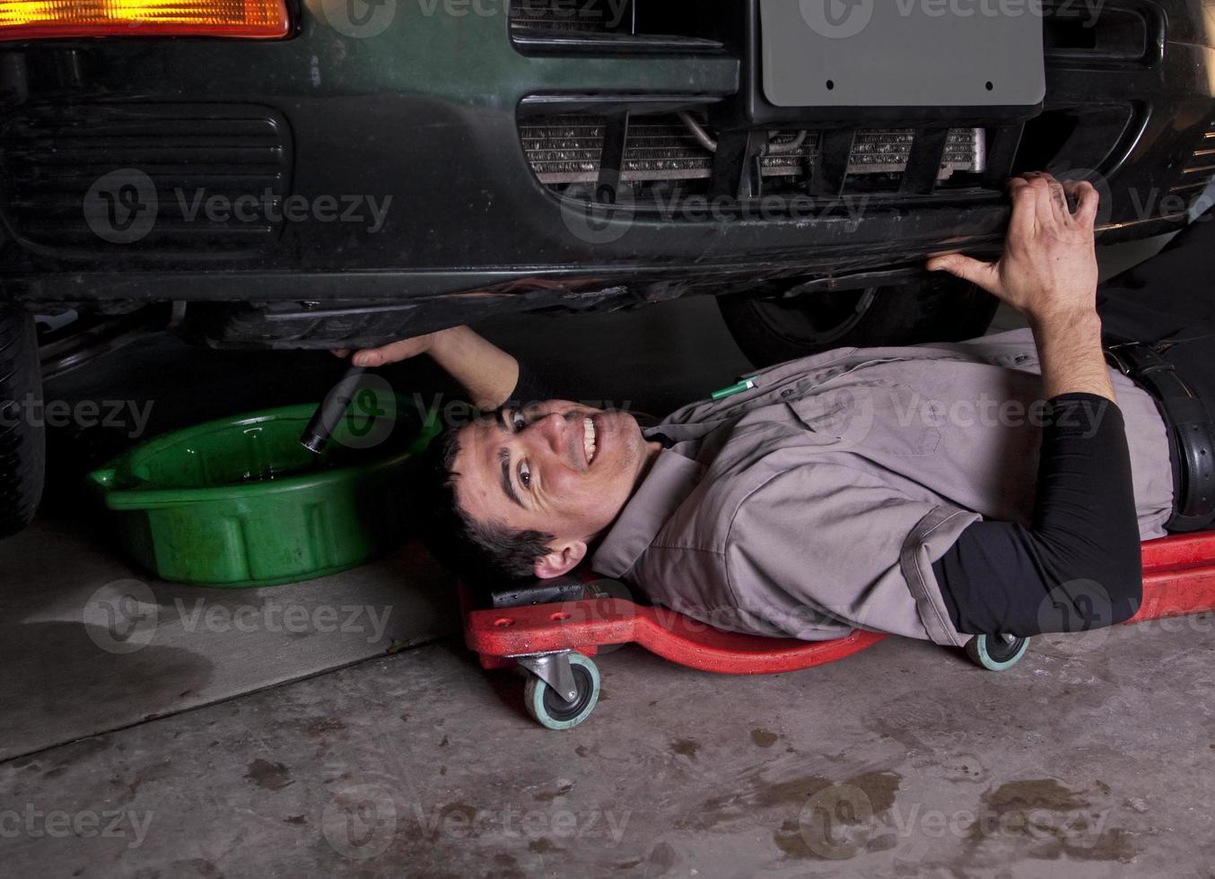 Automechaniker Ölwechsel foto