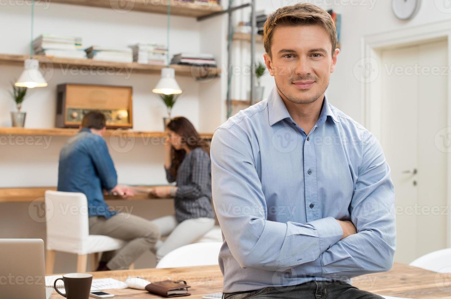 erfolgreicher junger Geschäftsmann foto