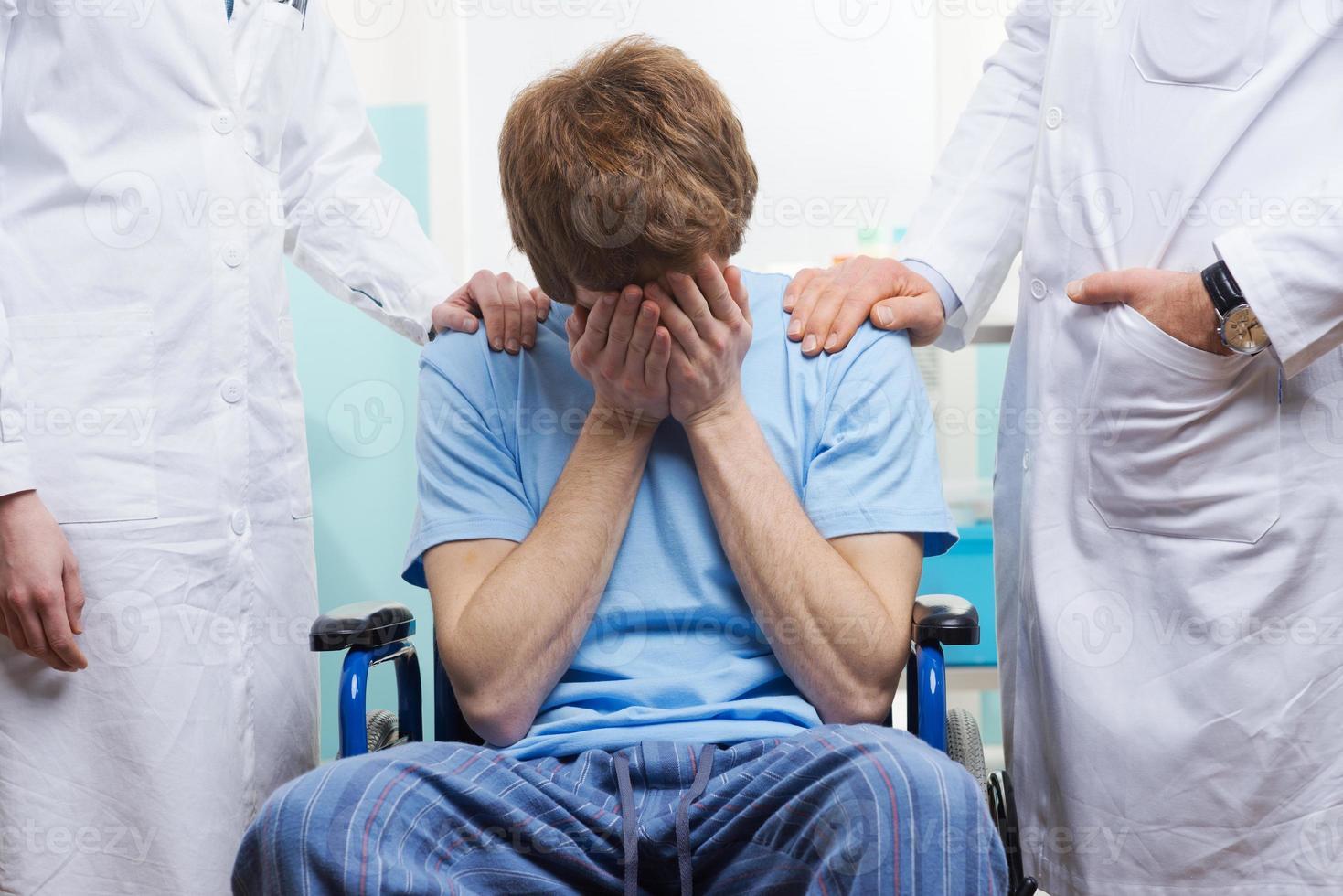 sich um einen Patienten kümmern foto