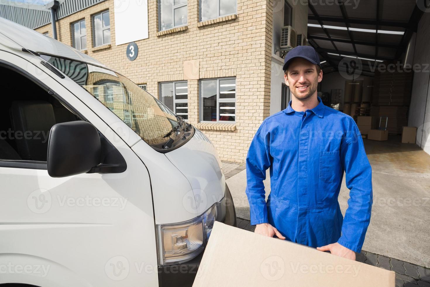 Lieferfahrer packt seinen Van foto