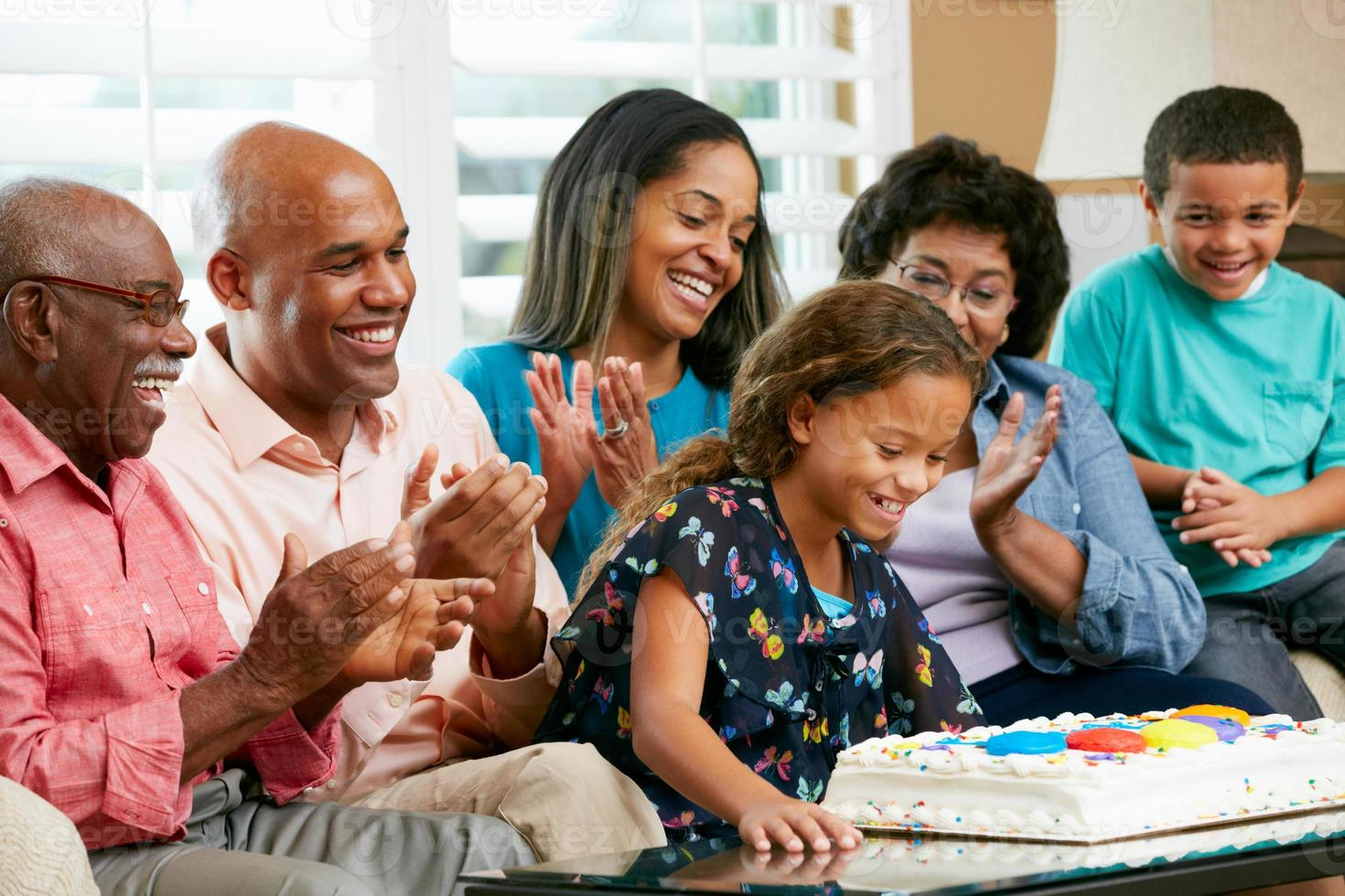 Familie mit mehreren Generationen, die den Geburtstag ihrer Tochter feiert foto
