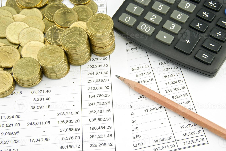 Münze auf Finanzkonto mit Bleistift und Taschenrechner foto