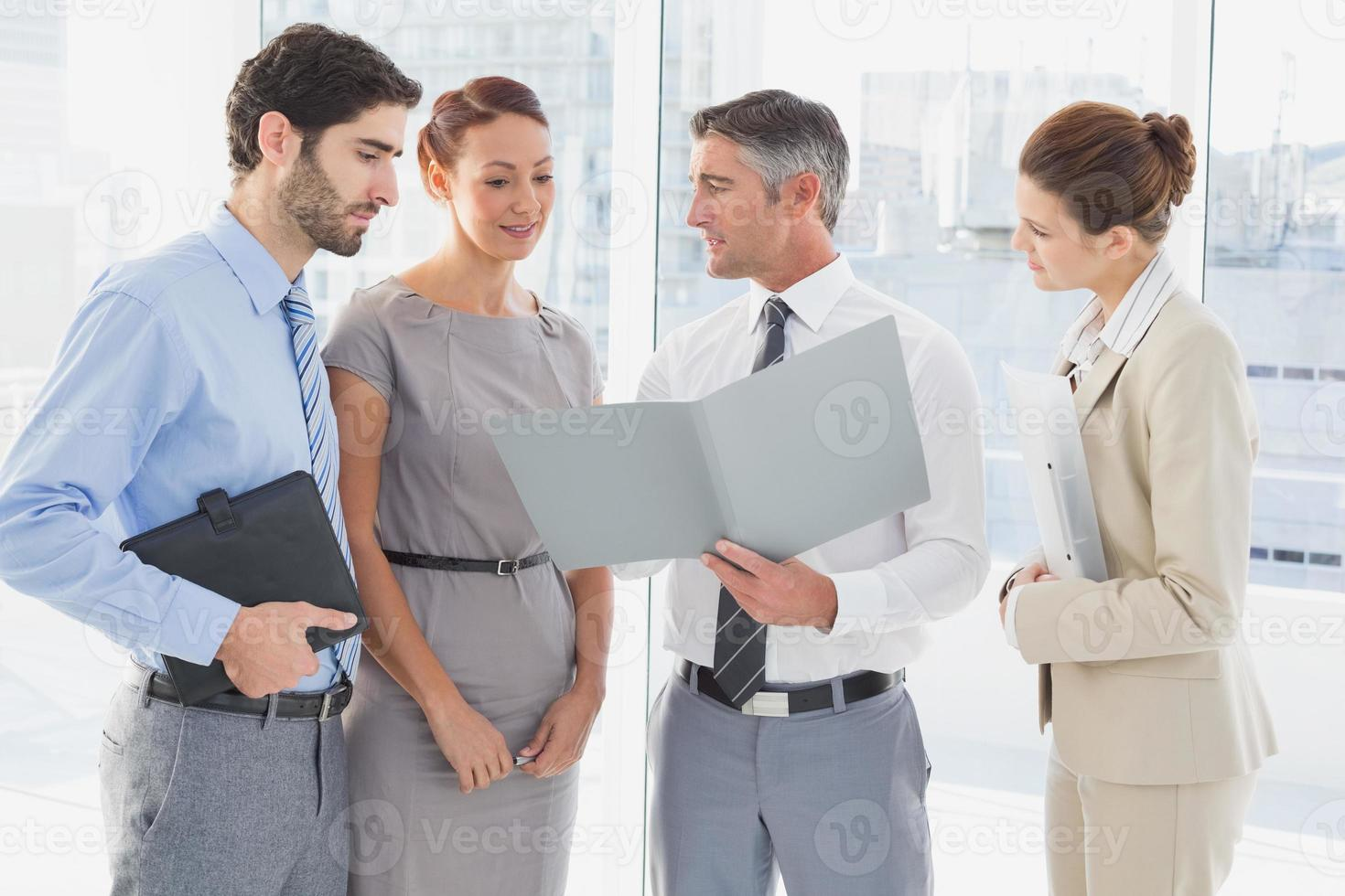 Mitarbeiter, die ein Geschäftstreffen haben foto