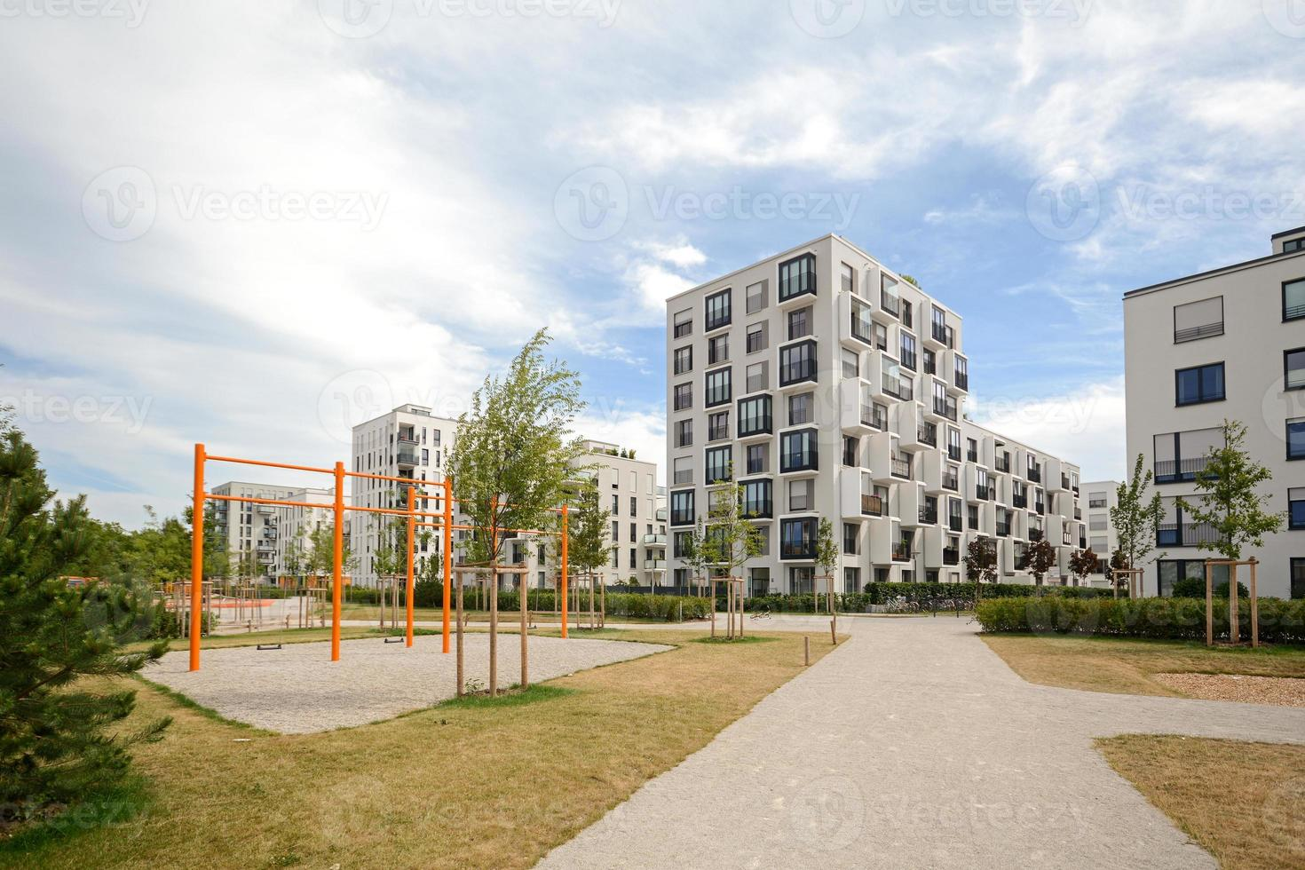 neuer Spielplatz und moderne Wohngebäude foto