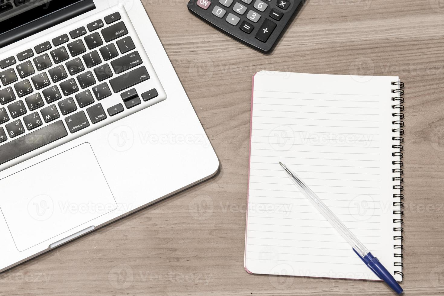 Laptop-Computer auf einem Holzschreibtisch foto
