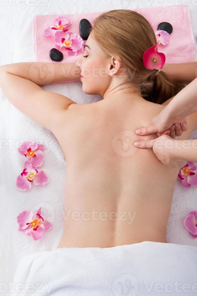 Frau bekommt Massagebehandlung foto
