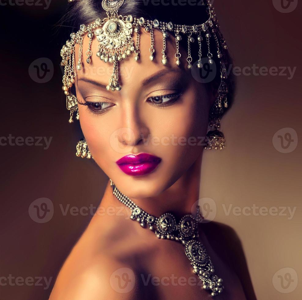 schönes indisches Frauenporträt mit Schmuck. foto