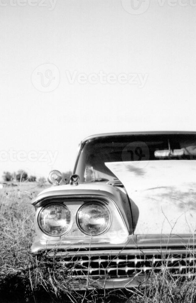 verlassenes Auto aus den 50er Jahren foto