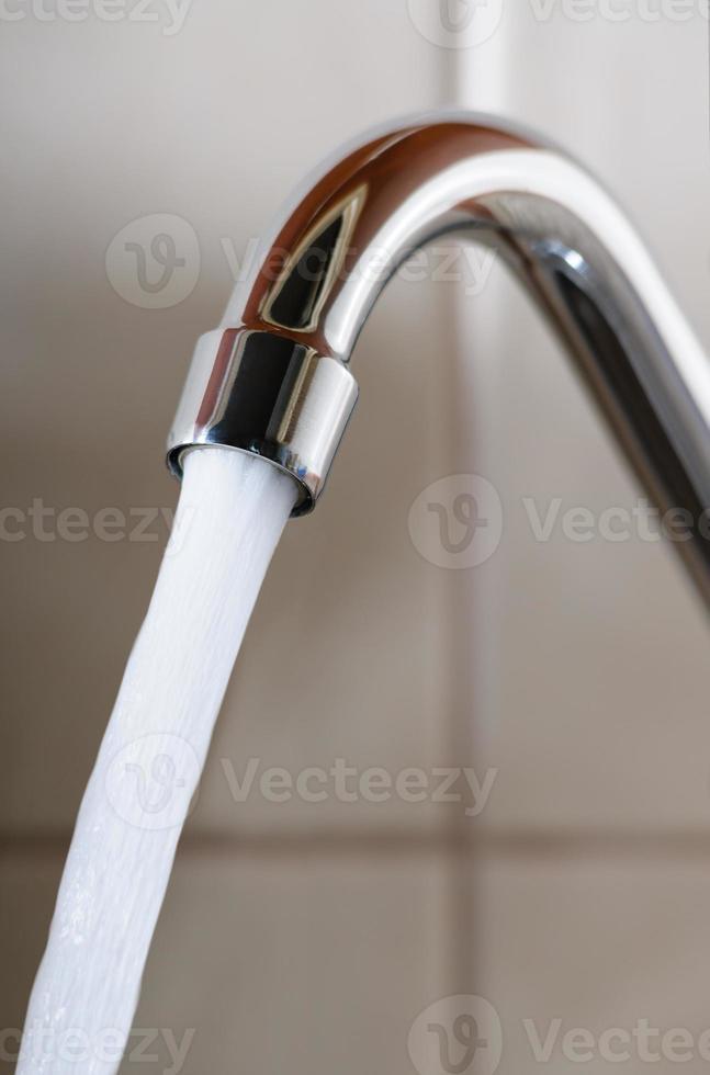Wasserhahn mit stark fließendem Wasser foto