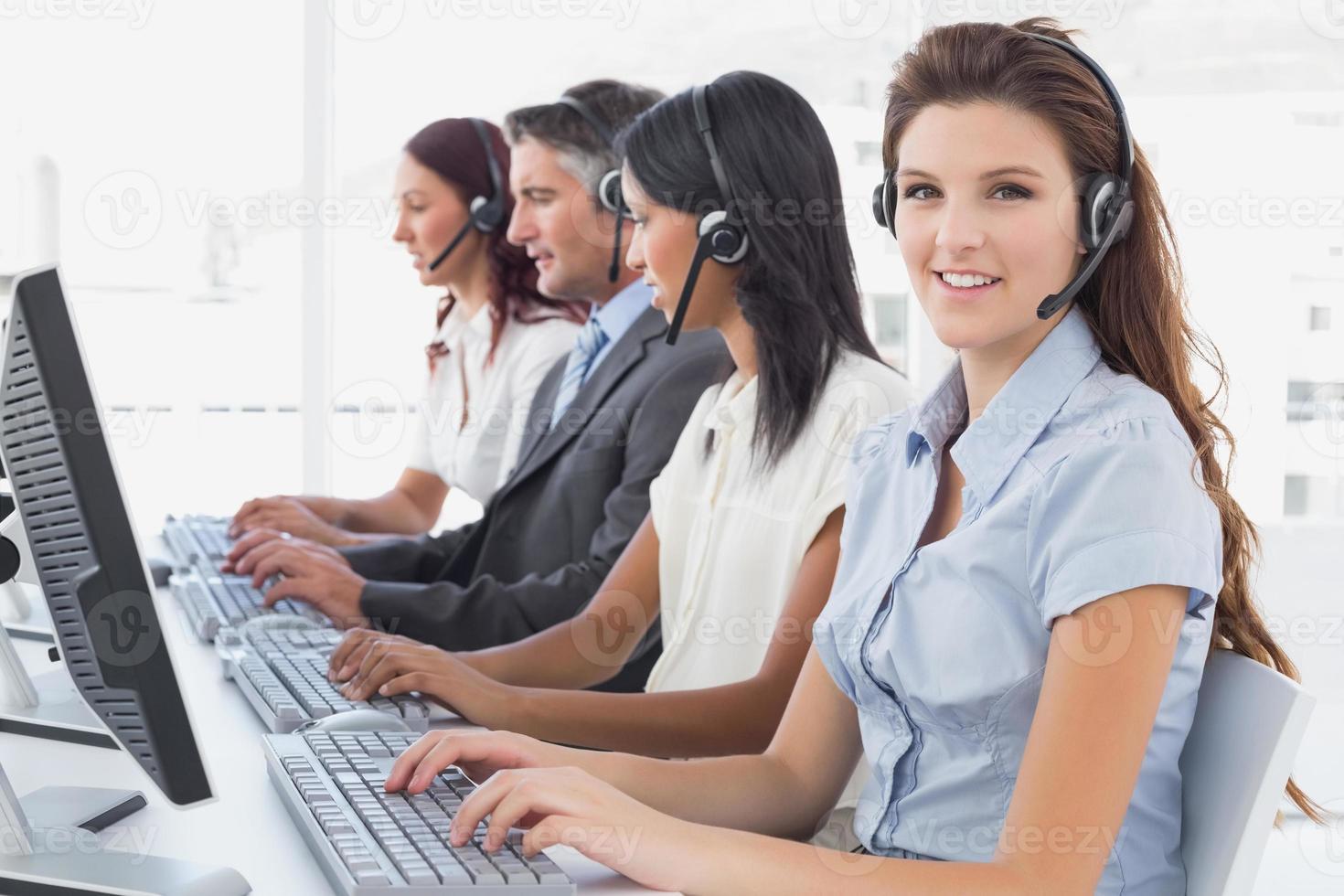 Mitarbeiter, die auf ihren Computern tippen foto