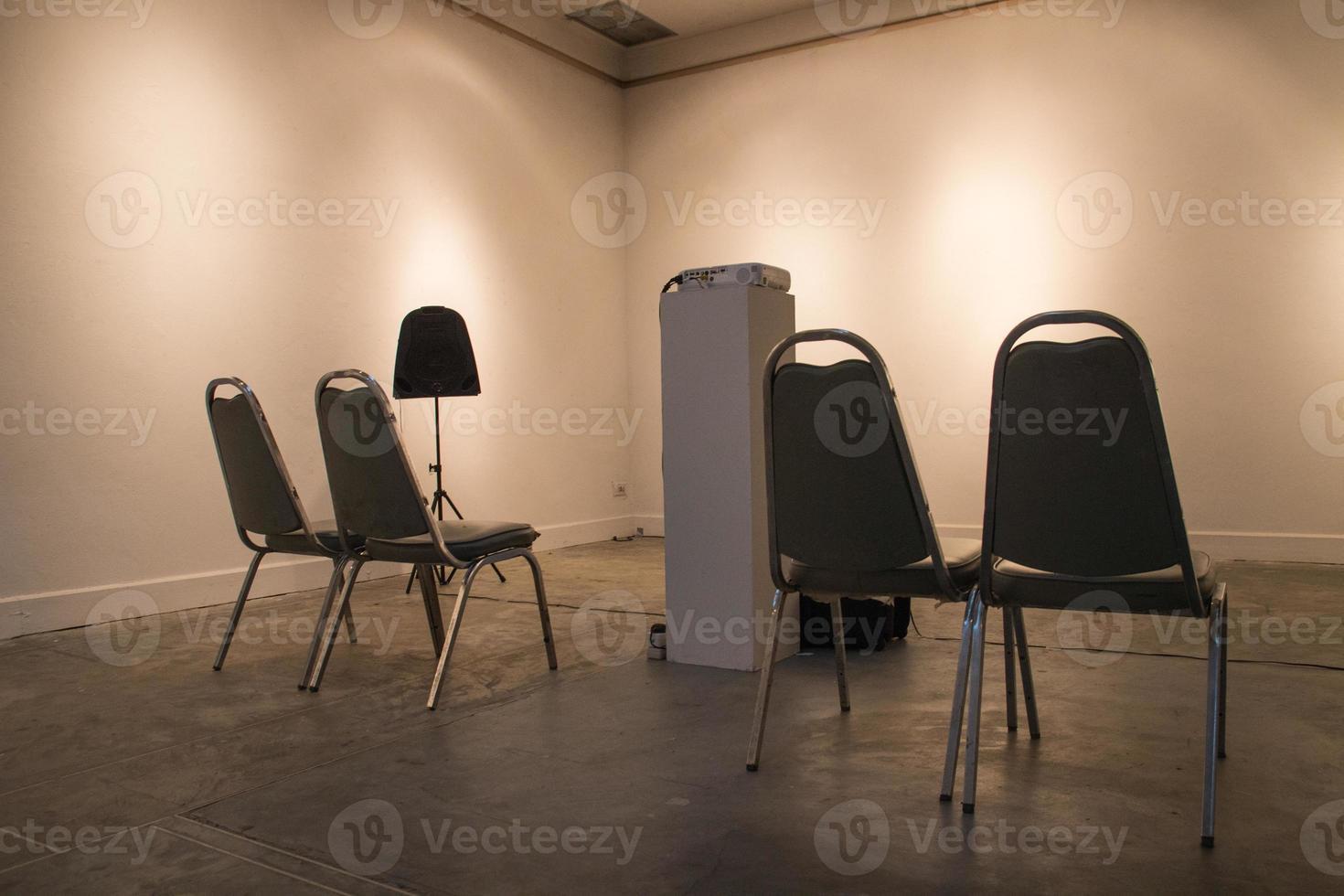 Stuhl und Projektor foto