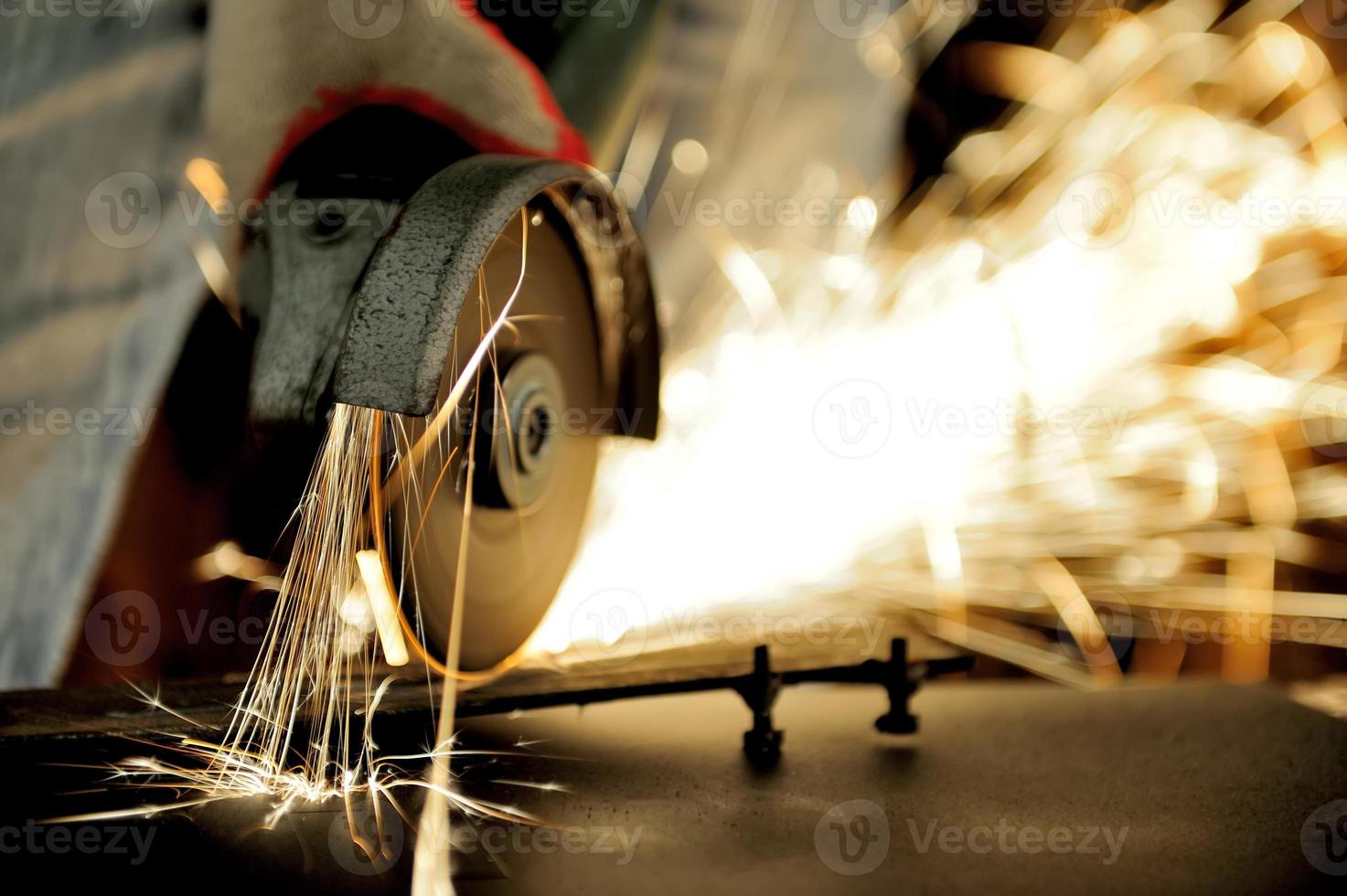 Arbeiter schneiden Metall mit Schleifmaschine foto