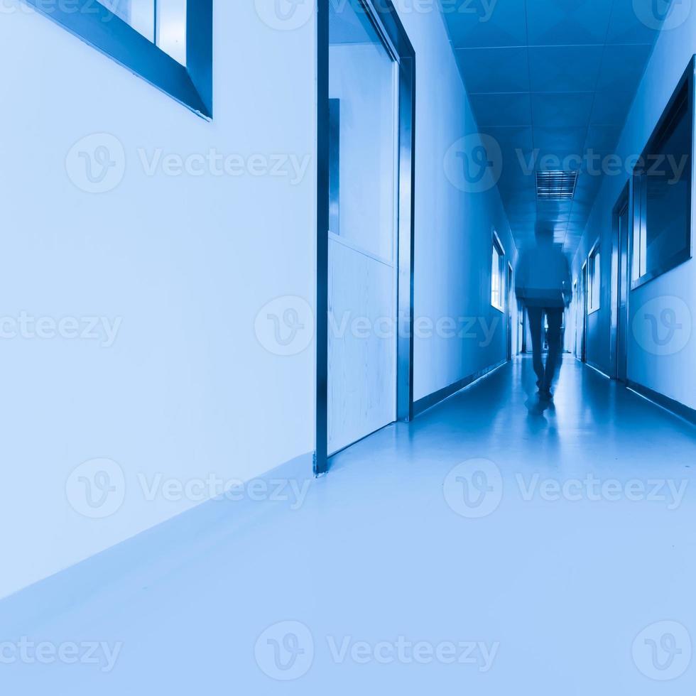 Menschen, die im modernen Labor gehen foto