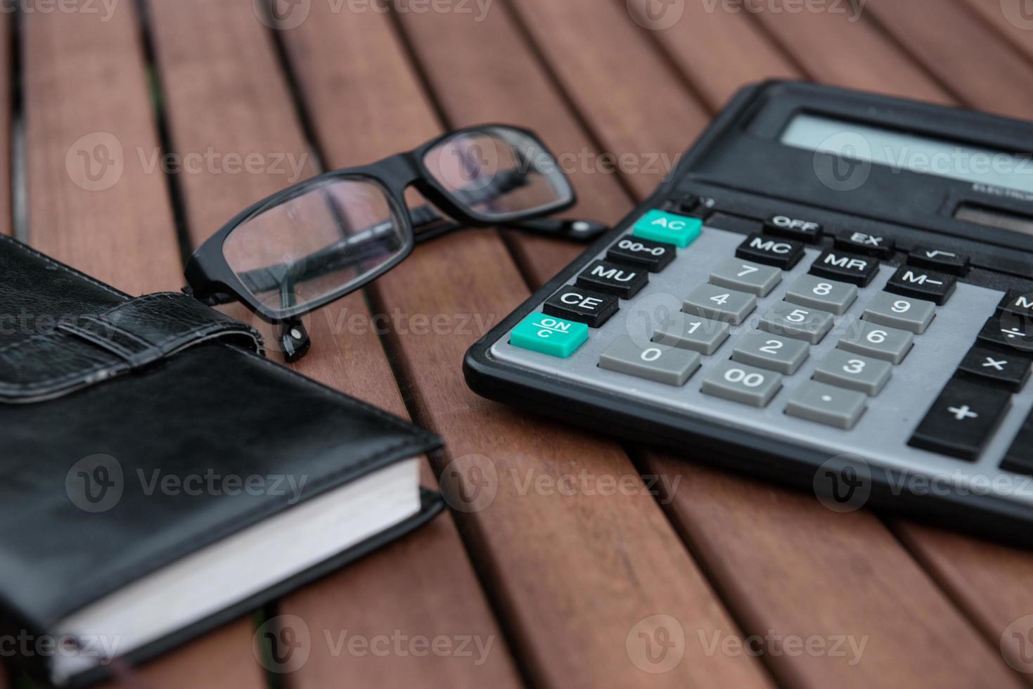 Notizblock, Gläser auf Holztisch. foto