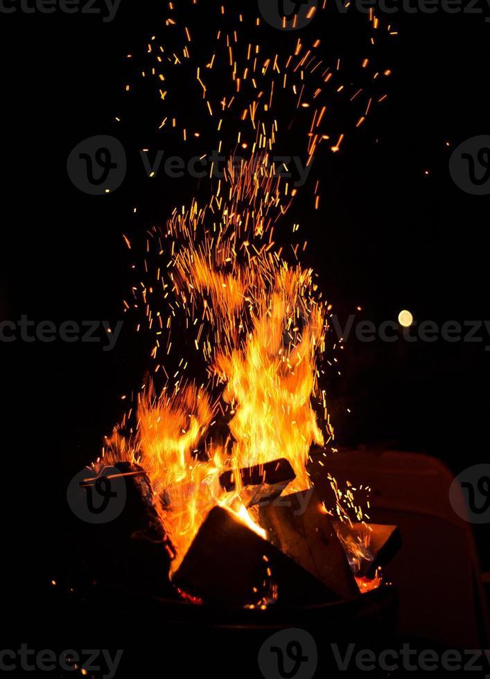 Funken vom Lagerfeuer foto