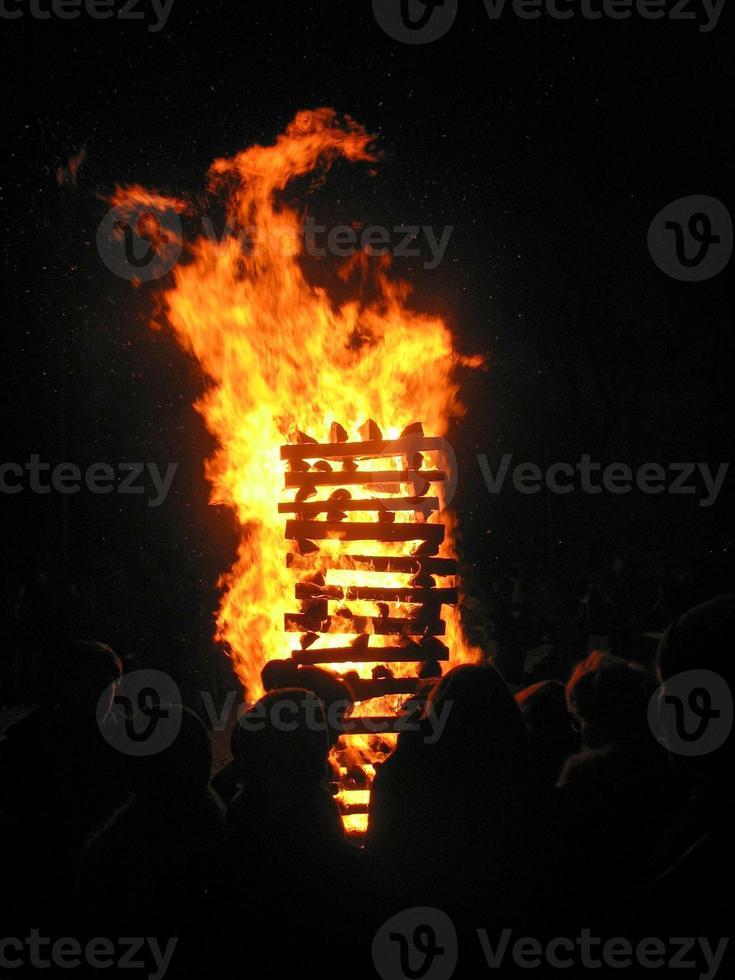 Lagerfeuer und eine Gruppe von Menschen foto