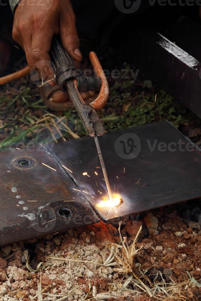 Arbeiter verwenden Elektroschweißen foto