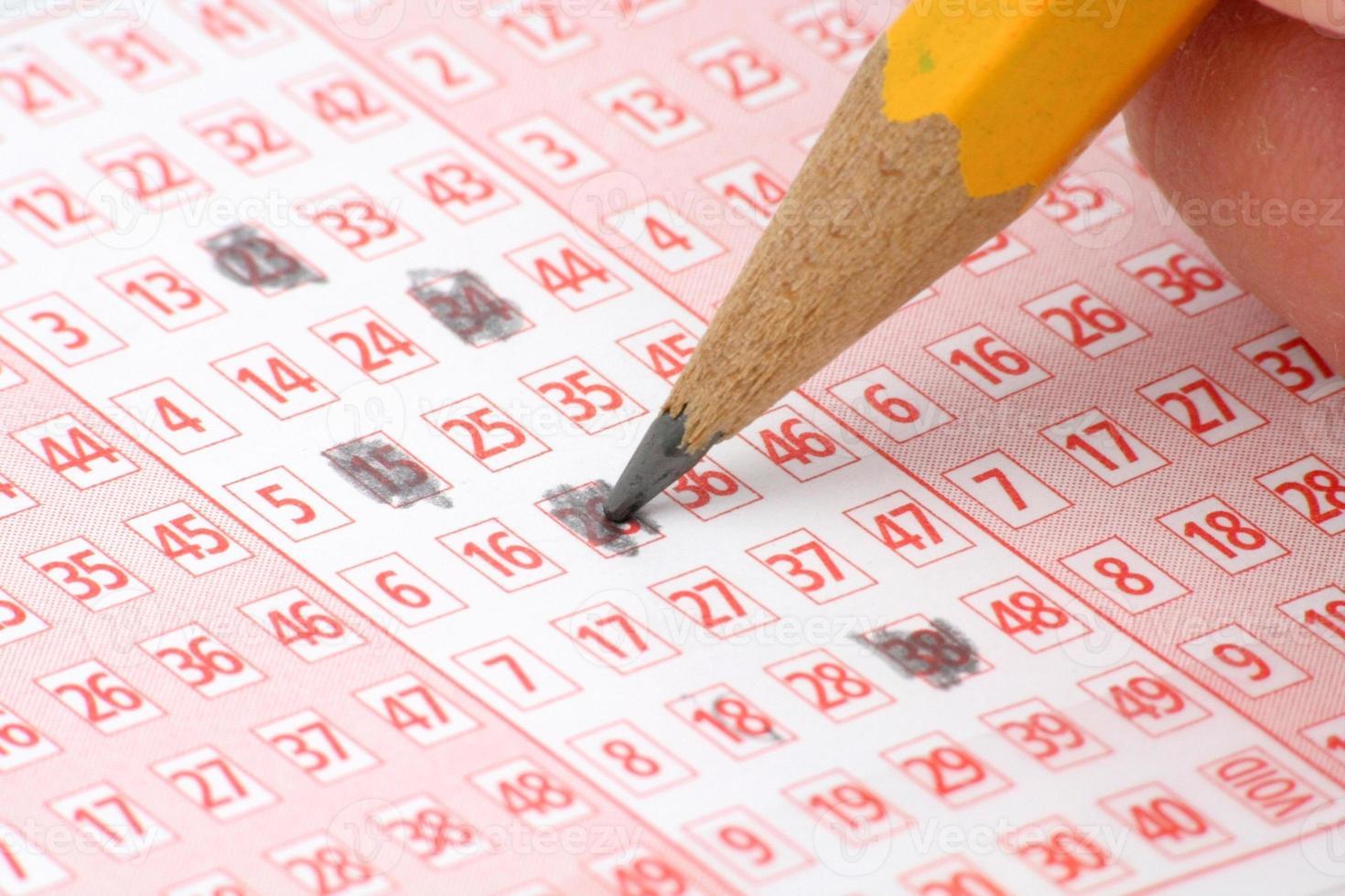 Lottoschein und Bleistift foto