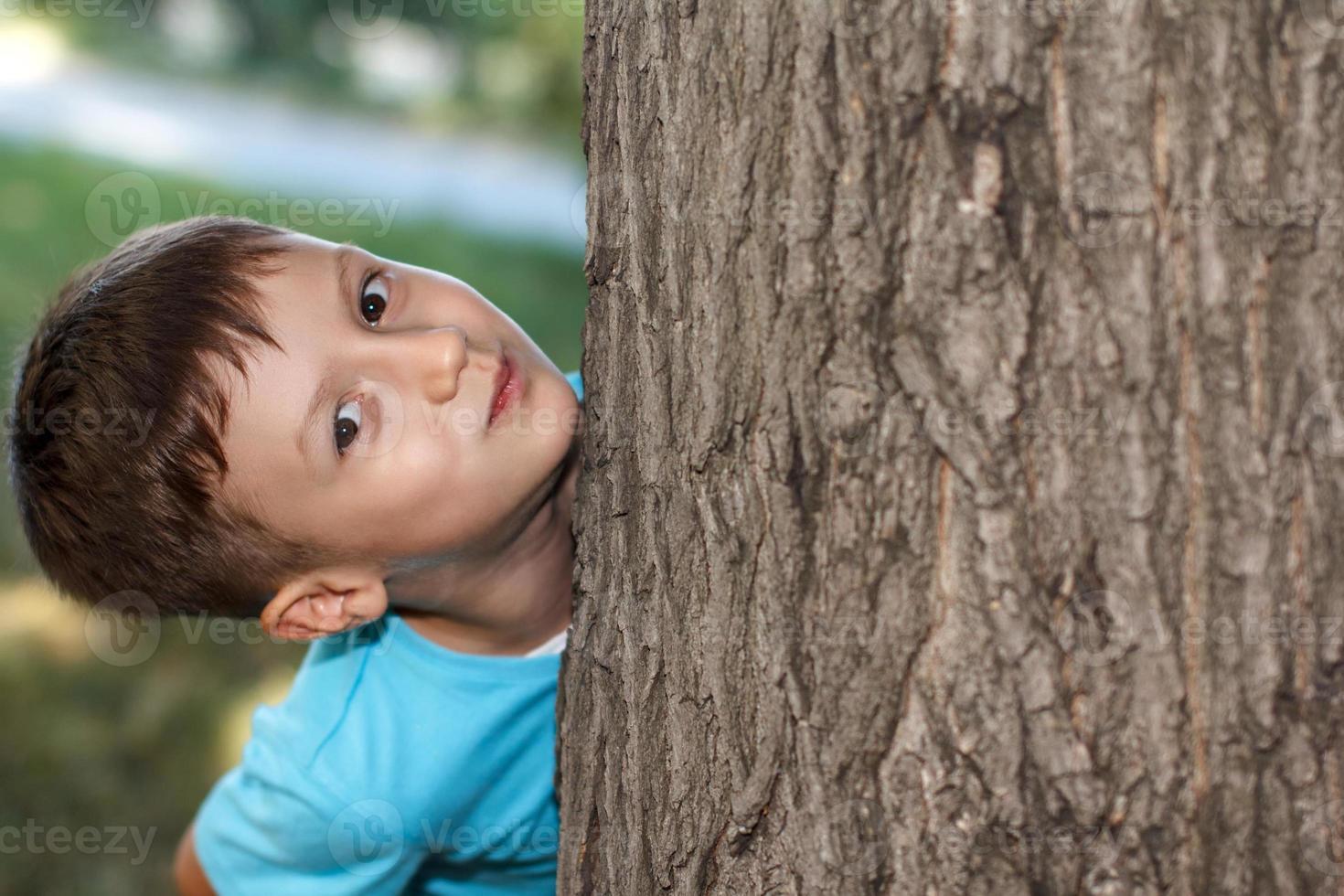 kleiner Vorschulkind Versteckspiel foto