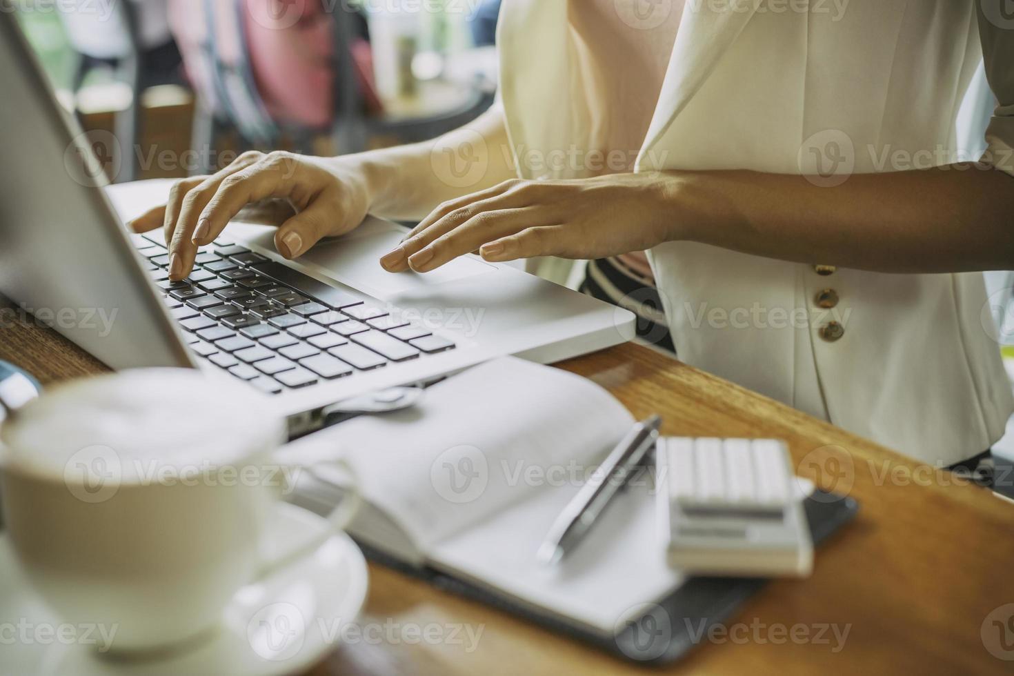 Arbeiten am Laptop foto