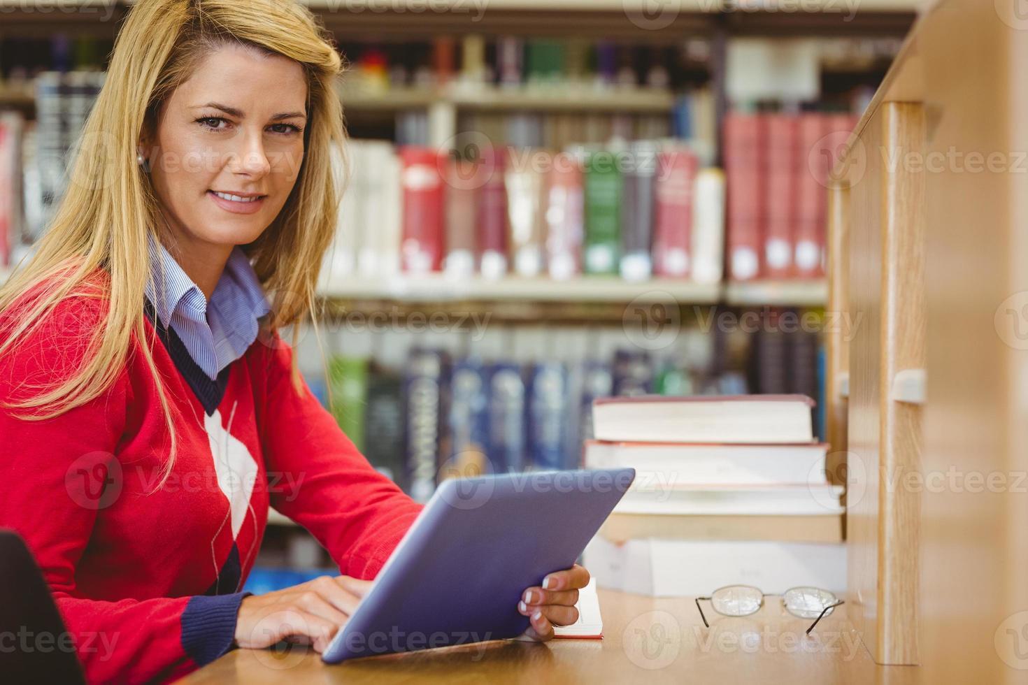 lächelnde reife Studentin mit ihrem Laptop foto