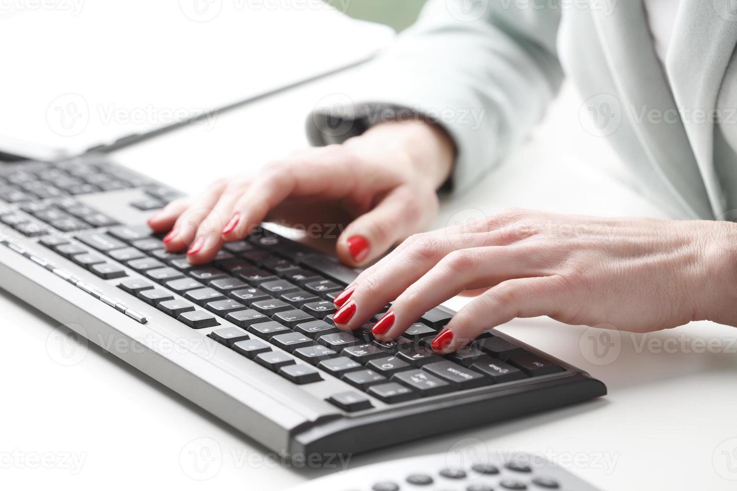 Geschäftsfrau, die auf Tastatur tippt foto
