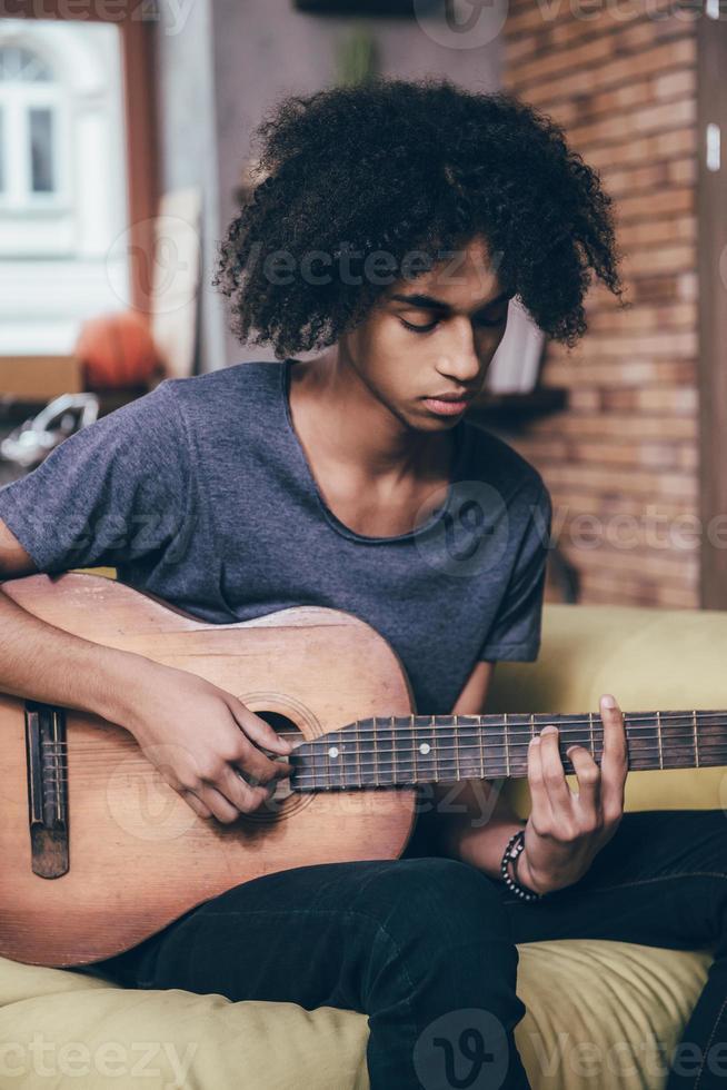 Gitarre spielen. foto