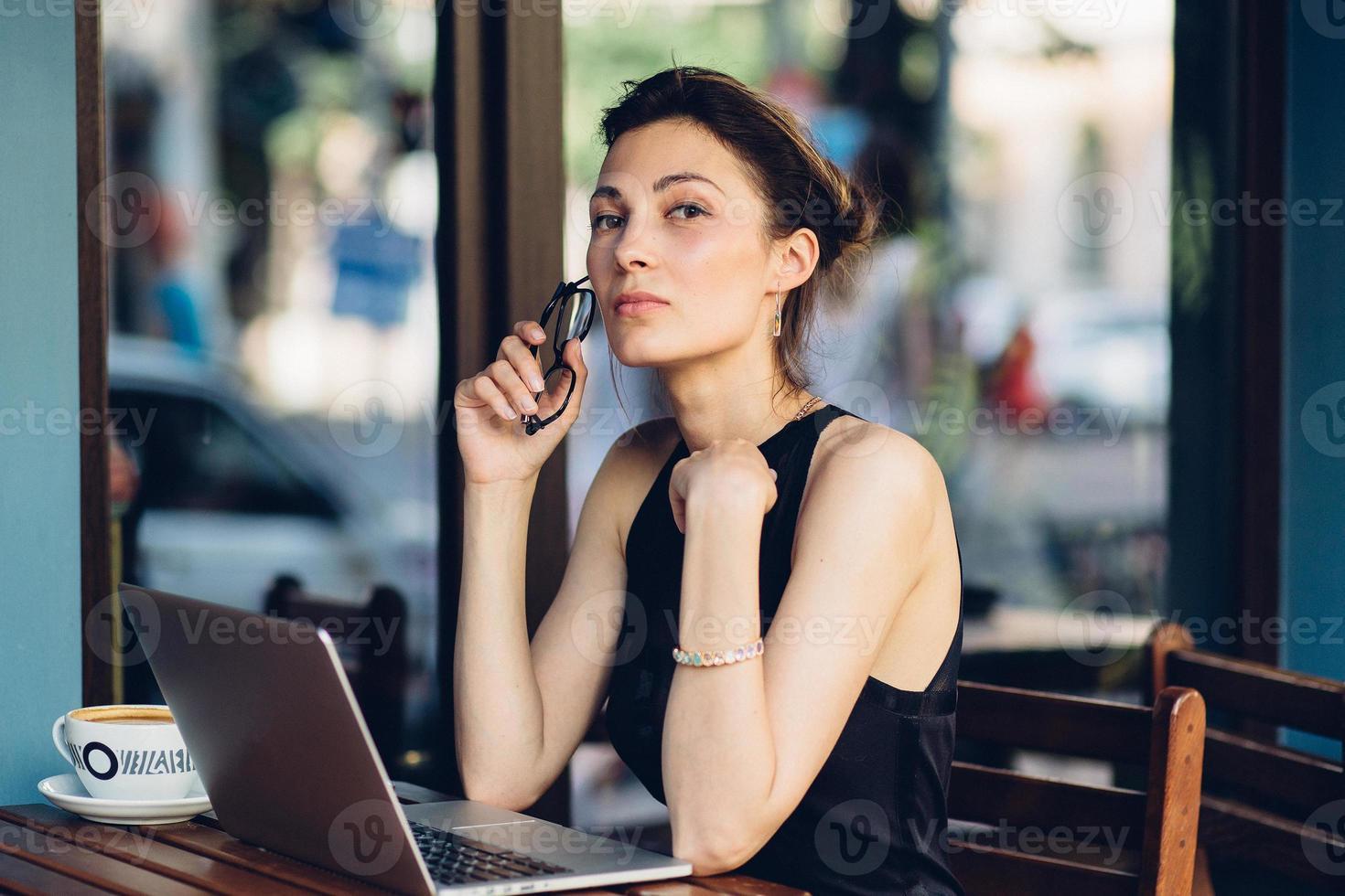attraktive Geschäftsfrau, die an seinem Laptop arbeitet foto