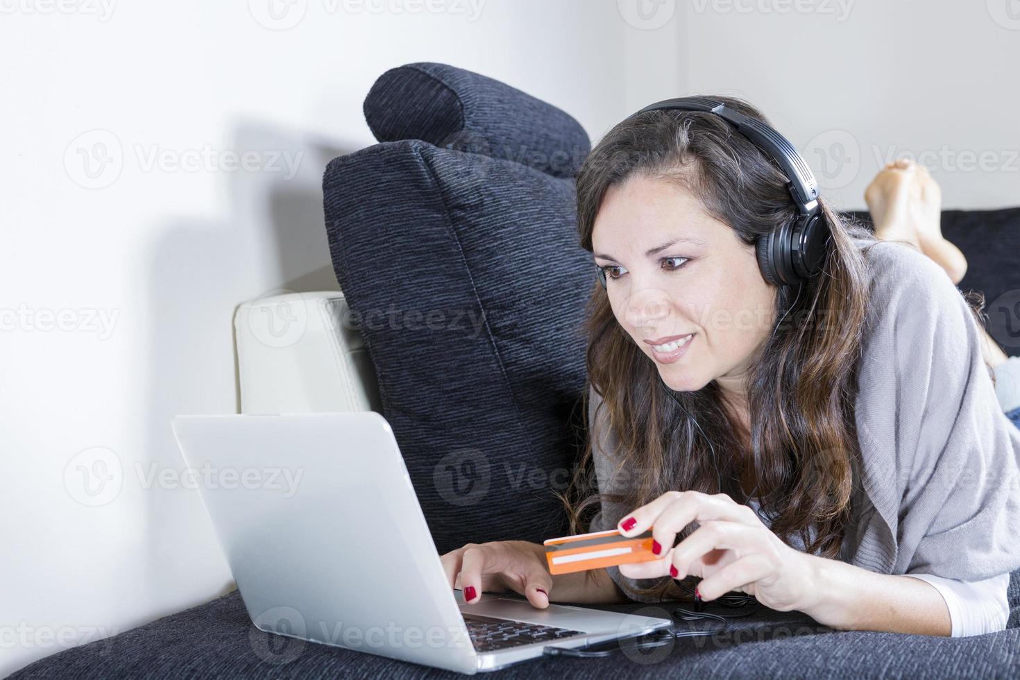 Frau online einkaufen foto