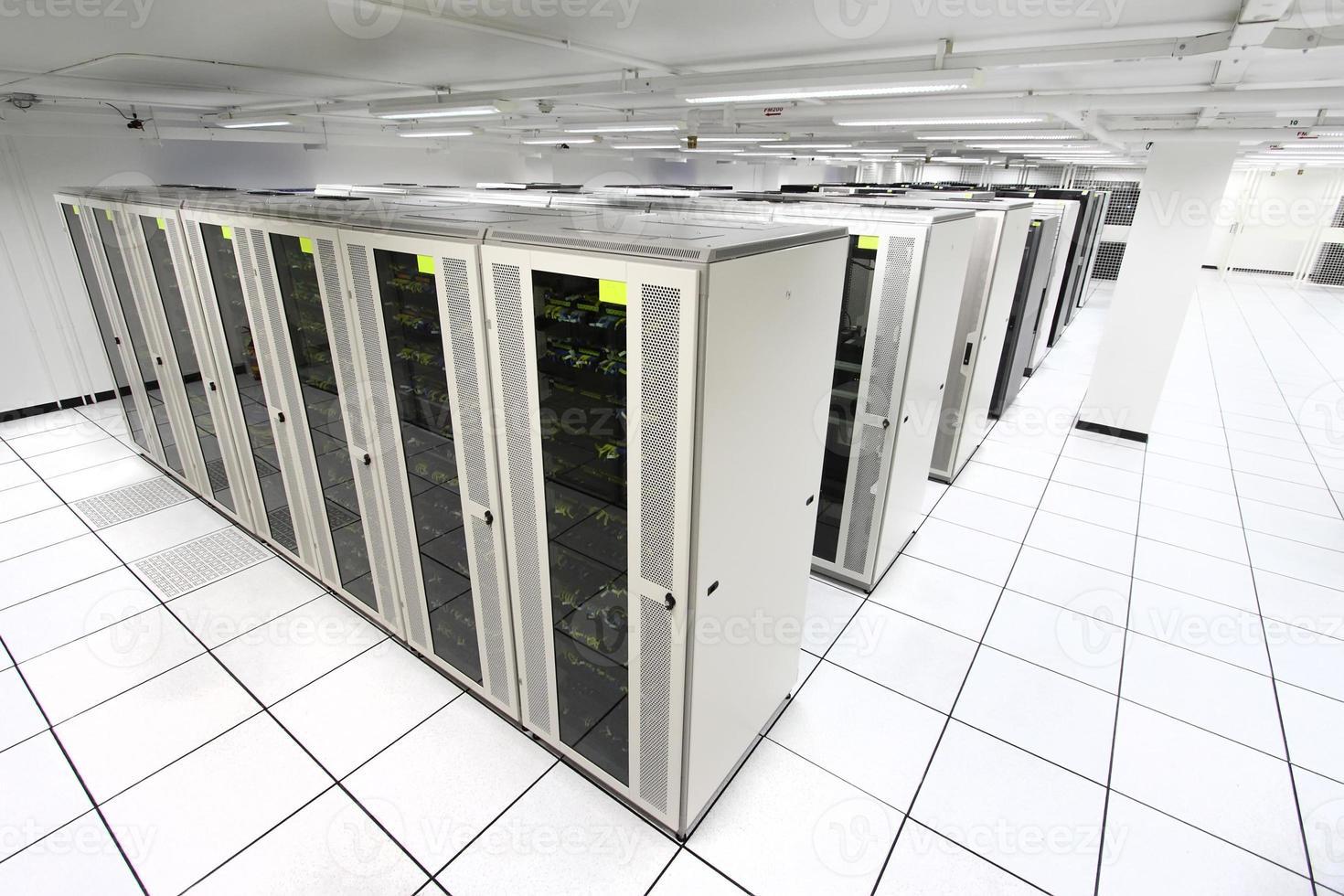 Serverraum mit weißen Servern foto