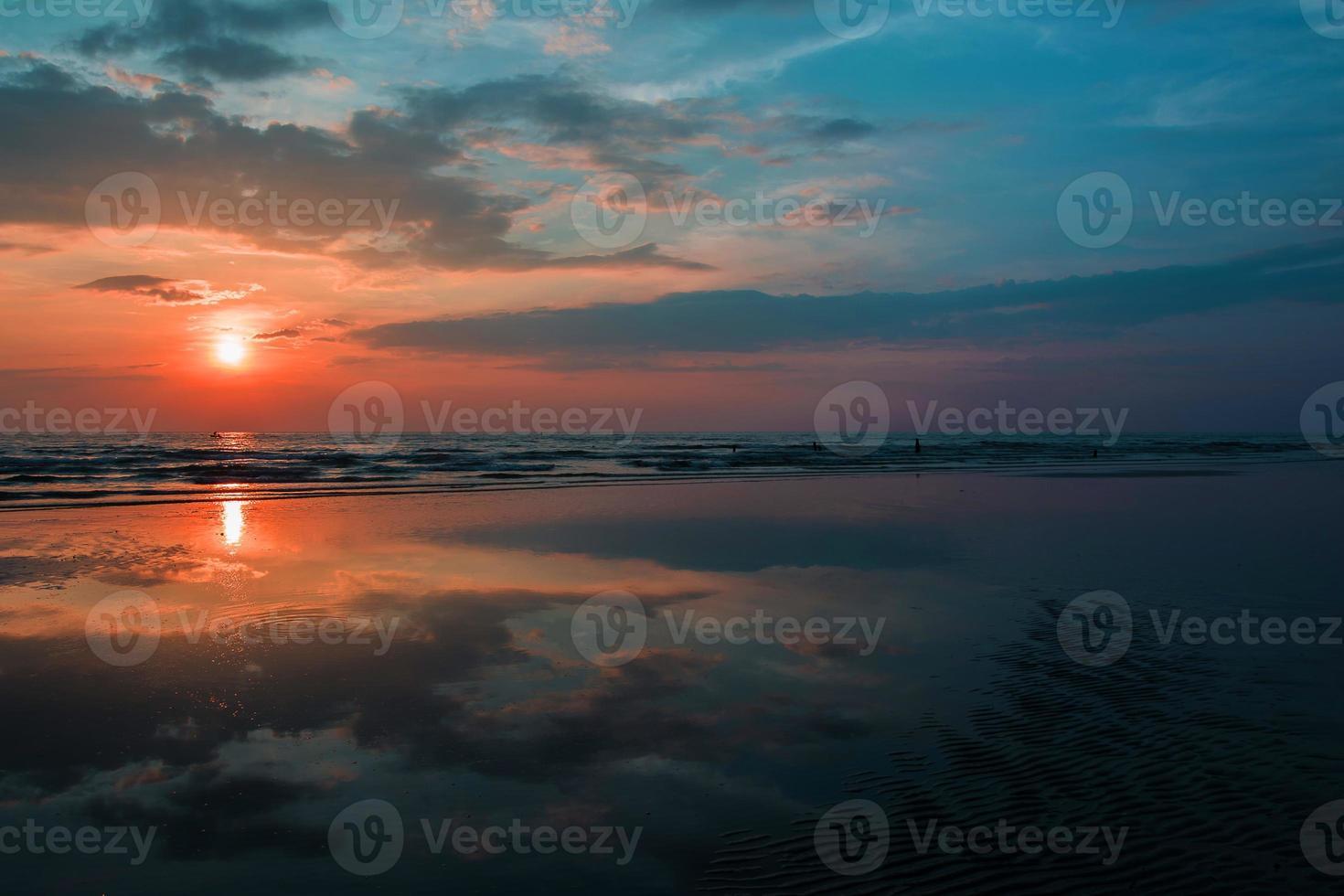 bösartiger Sonnenaufgang zum Sonnenuntergang roter Himmel am Meer. foto