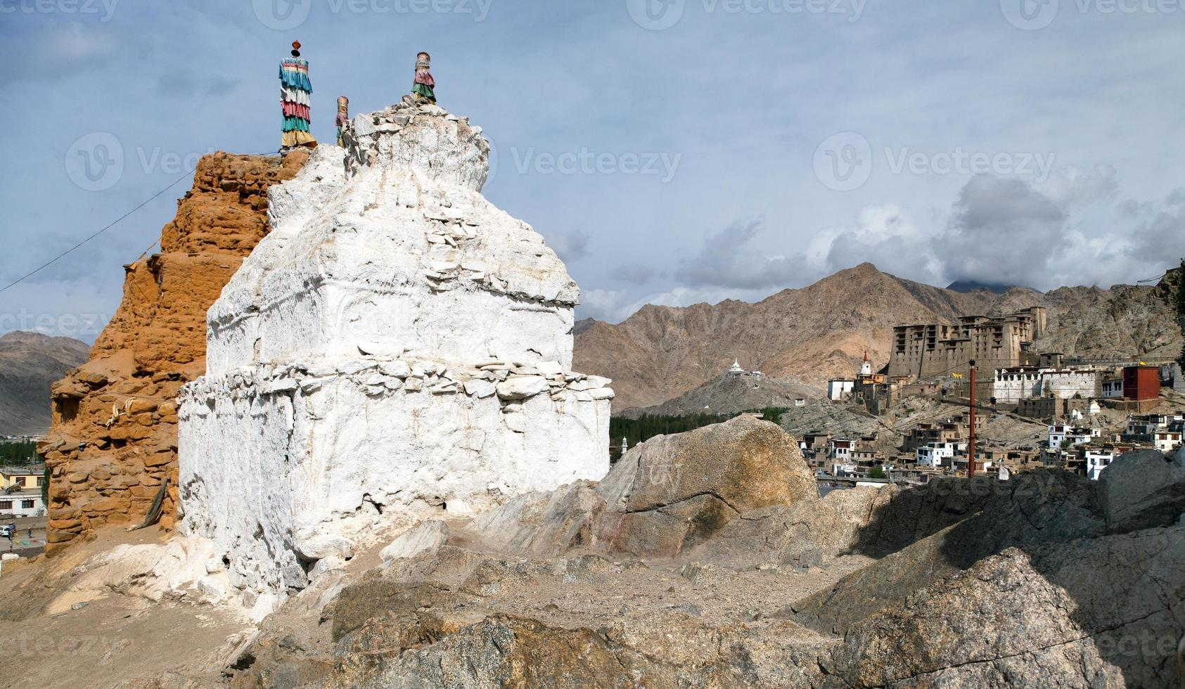 Stupas in Leh und Leh Palast foto