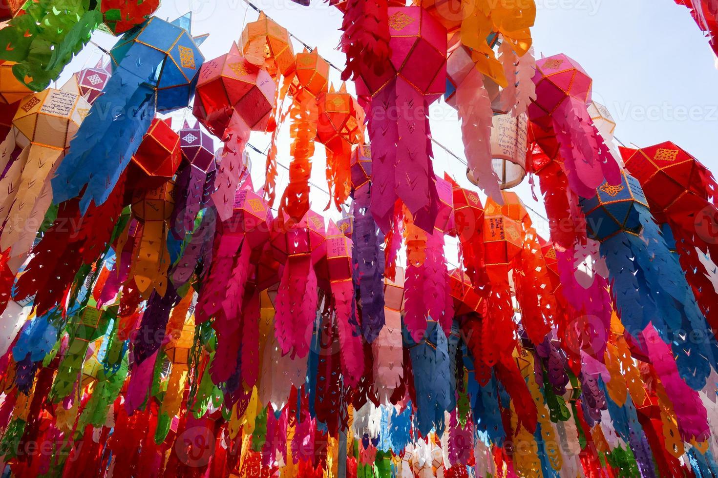bunte Papierlaternendekoration für yeepeng Festival foto