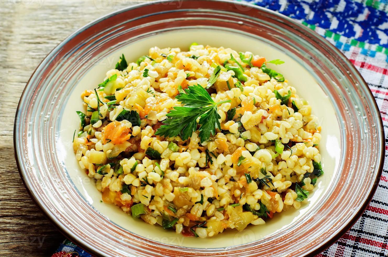 Bulgur mit Auberginen und Gemüse foto