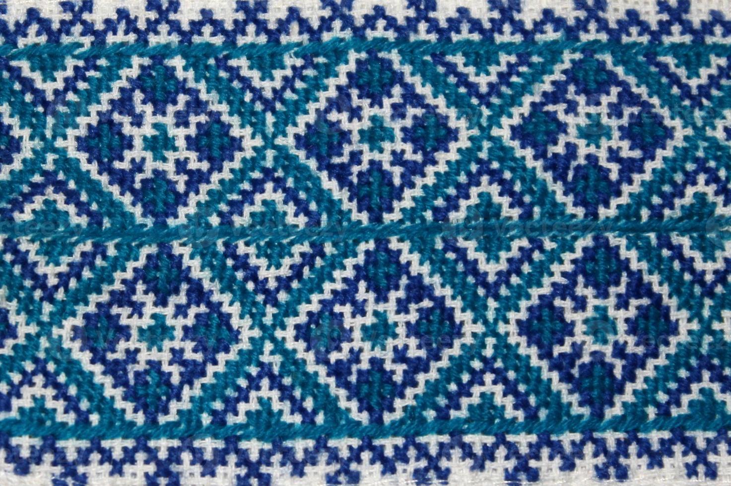 Nahaufnahme des hausgemachten blauen ukrainischen Stickereihemdstücks foto