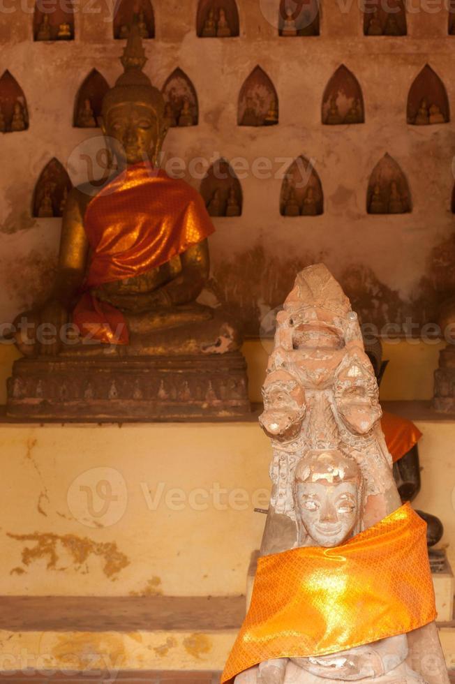 alter Buddha, der auf Sandstein schnitzt. foto