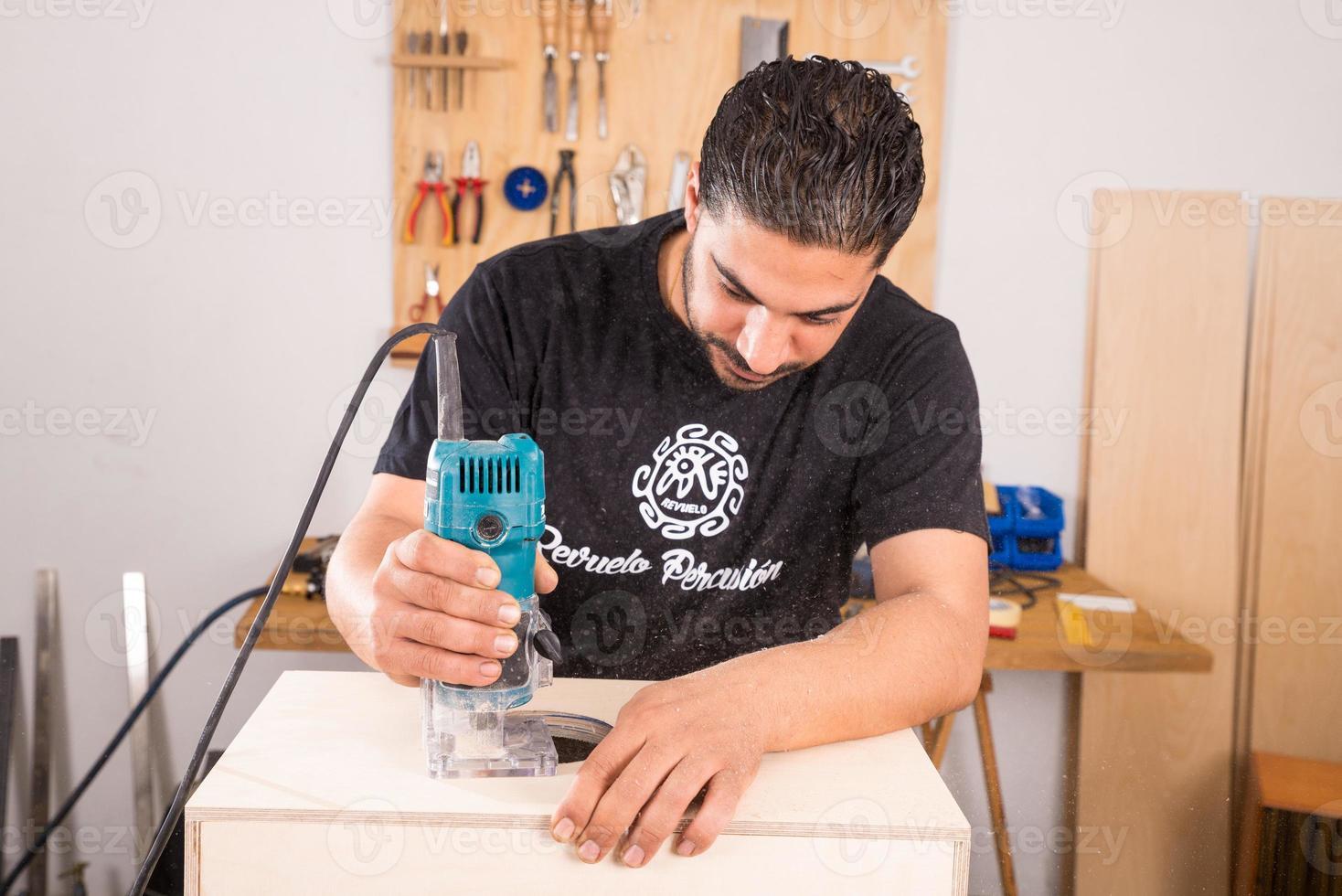 Handwerker mit einer Fräsmaschine foto
