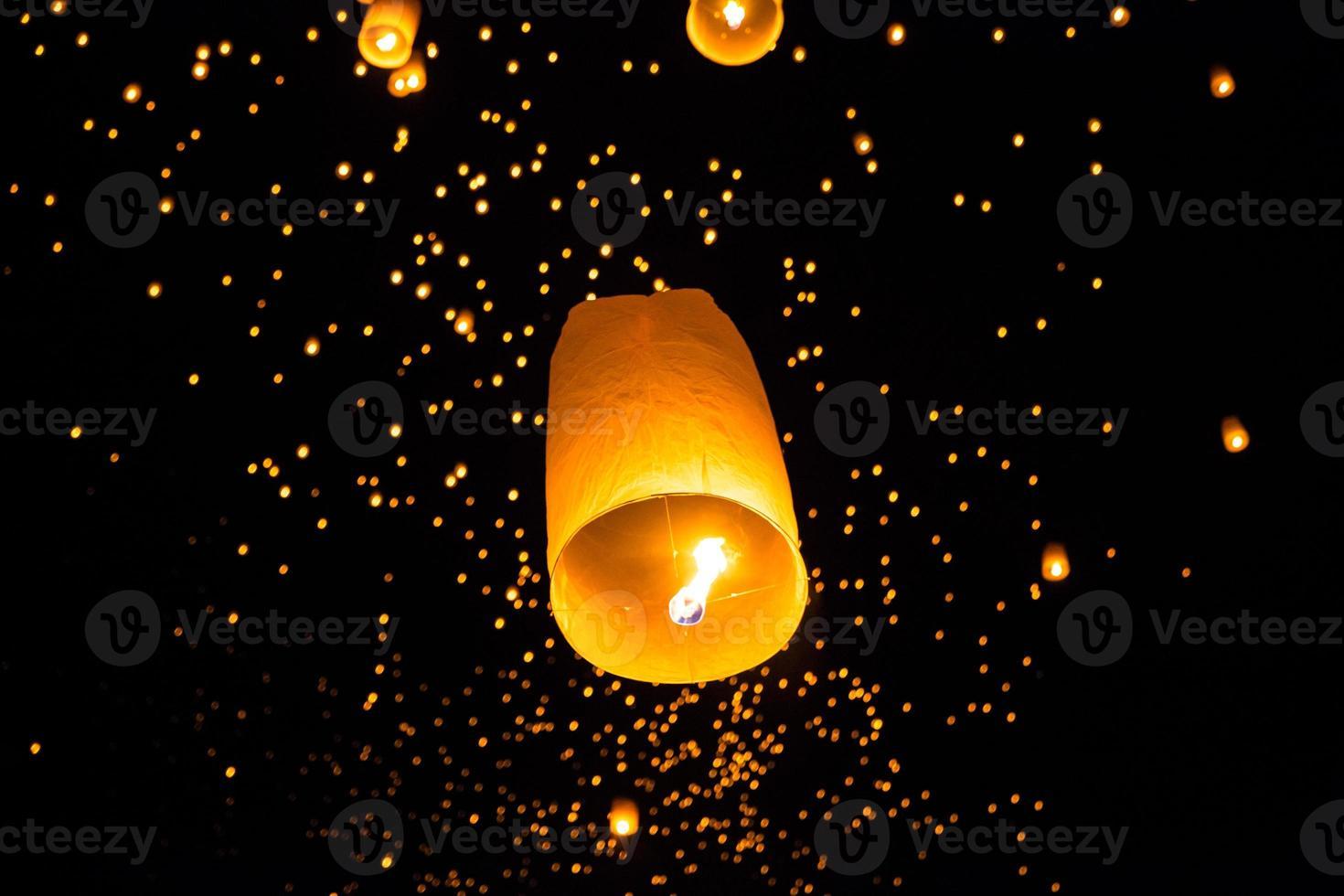 Thai fliegende Himmelslaterne foto