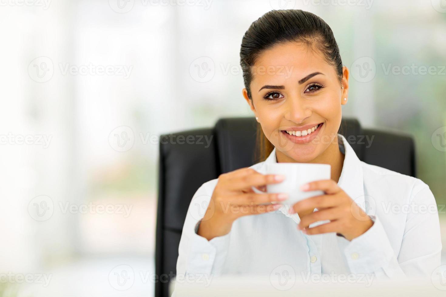 kaukasische Geschäftsfrau, die Kaffee trinkt foto