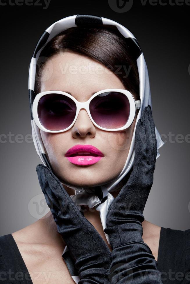 wunderschöne kaukasische Brünette mit Sonnenbrille foto