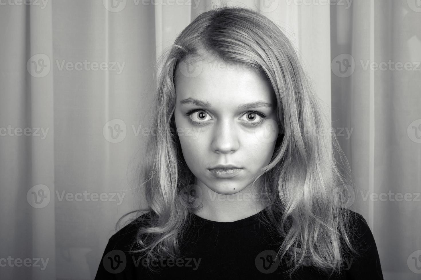 ernstes blondes kaukasisches Mädchen, Studioporträt foto